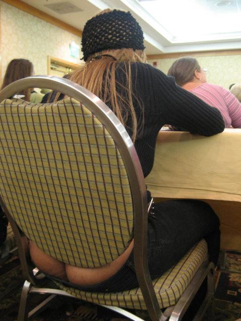 【故意?】ローライズパンツから完全にケツ出ちゃってる女って何なの???スースーしないの?(画像あり)・9枚目