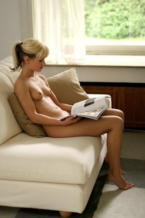 【全裸読書】彼女がマンコ全開で本読んでるので撮ったったwwwwwwwwww(画像あり)・9枚目
