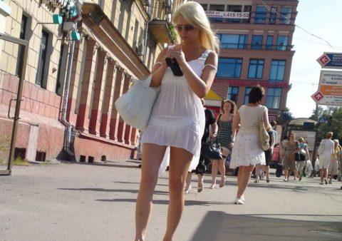 【街撮り】リアルに赤外線盗撮レベルに透けちゃってる女の子たち・・・(画像30枚)・13枚目