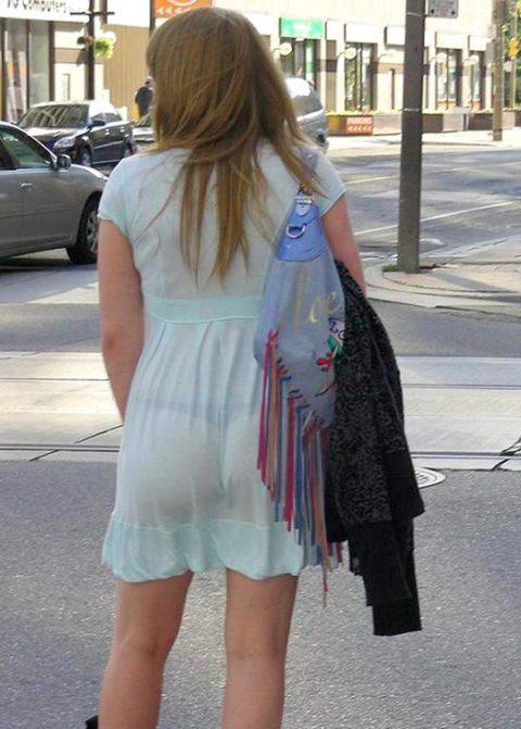 【街撮り】リアルに赤外線盗撮レベルに透けちゃってる女の子たち・・・(画像30枚)・15枚目