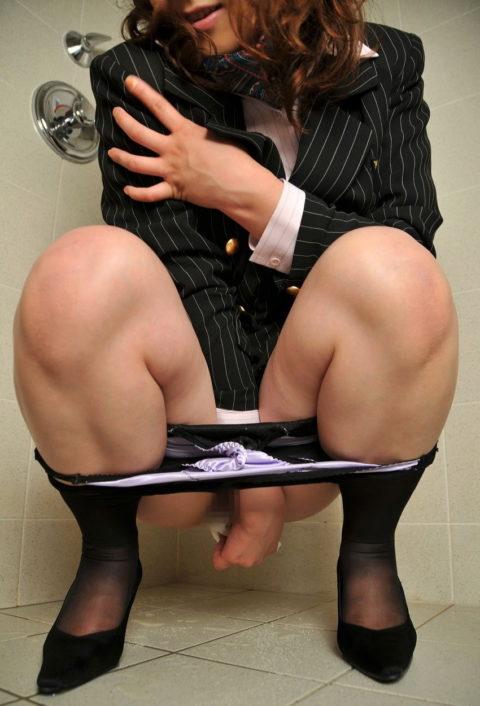 """""""オシッコ後に女の子がティッシュでマンコを拭いてる姿""""フェチさん集合!!!!!(画像26枚)・24枚目"""