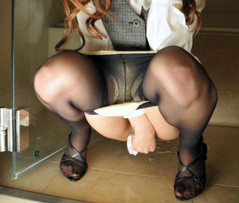 """""""オシッコ後に女の子がティッシュでマンコを拭いてる姿""""フェチさん集合!!!!!(画像26枚)・5枚目"""