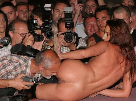 【ストリップ】男って女のマンコを撮るためにここまで必死になるんだぜ?(画像26枚)・7枚目