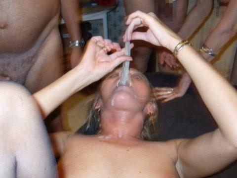 外人ビッチがコンドームからザーメン飲んでる画像wwwwとかニッチすぎるやろ・・・(27枚)