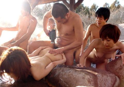 【エロ画像】男女の団体客が混浴温泉を貸し切ったらこっそり覗くべき理由wwwwwwwwwwwwwwww