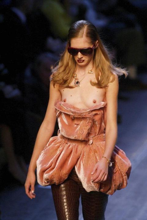 【ファッションショー】スーパーモデルのお姉さん、乳首ビンビンやないか・・・(画像あり)・12枚目