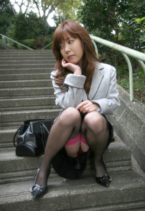 【パンチラ】このしゃがみ方してくる女は明らかに確信犯wwwwwwwwww(画像30枚)・12枚目