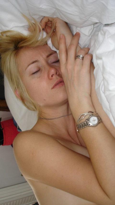 セックス後に幸せ気分で寝ちゃった女性たちの画像集(30枚)・13枚目