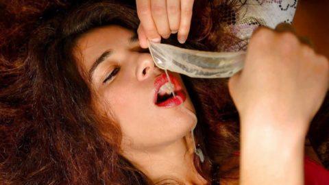 外人ビッチがコンドームからザーメン飲んでる画像wwwwとかニッチすぎるやろ・・・(27枚)・13枚目