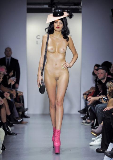 【ファッションショー】スーパーモデルのお姉さん、乳首ビンビンやないか・・・(画像あり)・16枚目