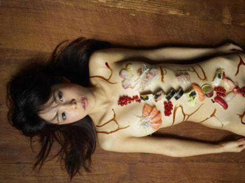 バブルの匂いがプンプンする女体盛りのエロ画像集(30枚)・18枚目