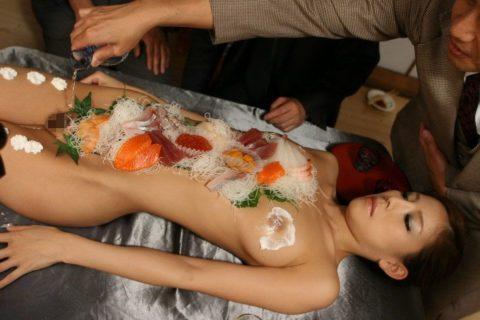 バブルの匂いがプンプンする女体盛りのエロ画像集(30枚)・21枚目
