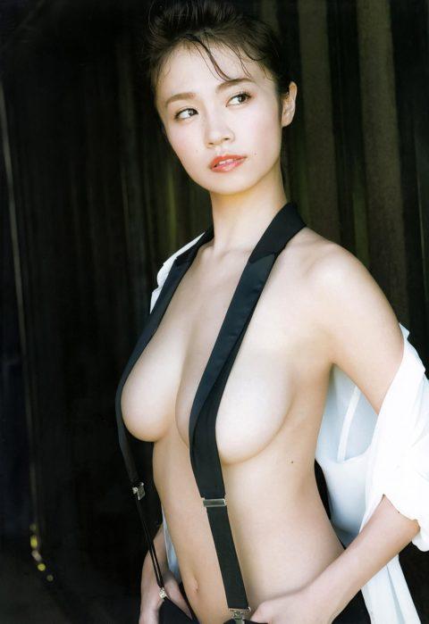 【ノーブラ】サスペンダーで乳首を隠し・・・切れてないwwwwwって画像集(30枚)・21枚目