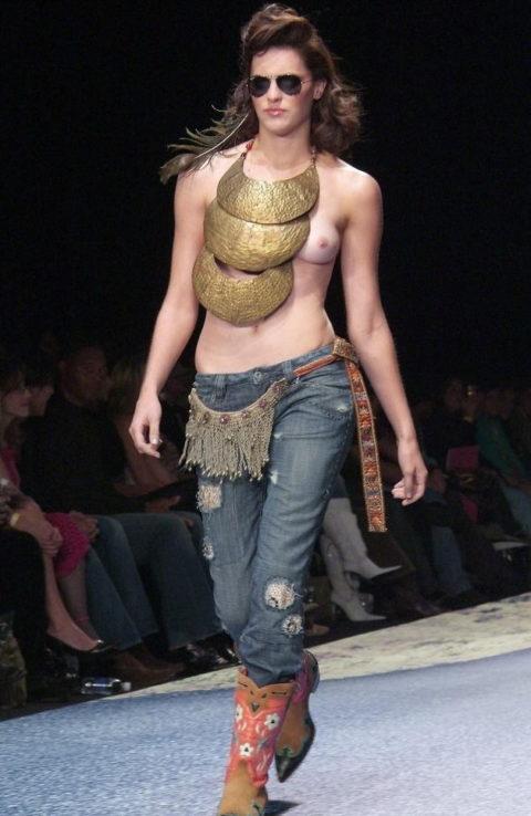 【ファッションショー】スーパーモデルのお姉さん、乳首ビンビンやないか・・・(画像あり)・23枚目