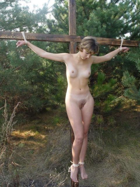 全裸女がガチで野外で磔にされてるどうかしてるエロ画像集(29枚)・24枚目