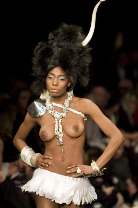 【ファッションショー】スーパーモデルのお姉さん、乳首ビンビンやないか・・・(画像あり)・3枚目