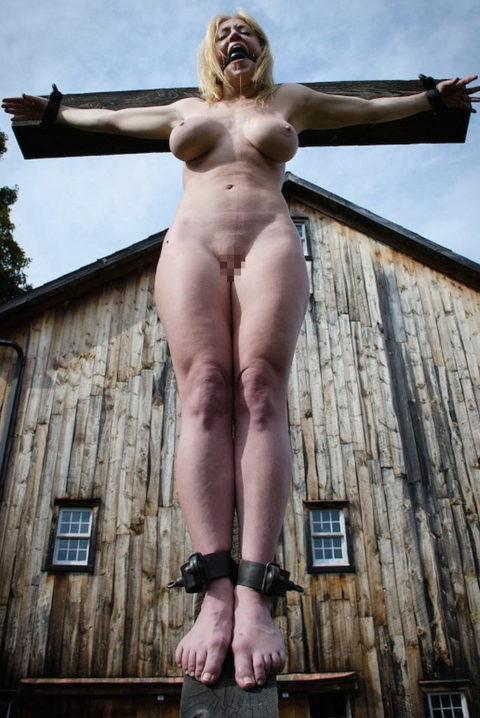 全裸女がガチで野外で磔にされてるどうかしてるエロ画像集(29枚)・2枚目