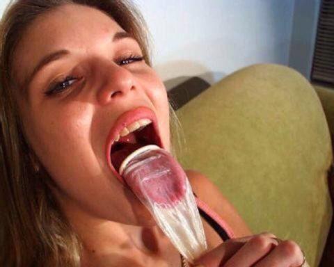 外人ビッチがコンドームからザーメン飲んでる画像wwwwとかニッチすぎるやろ・・・(27枚)・27枚目