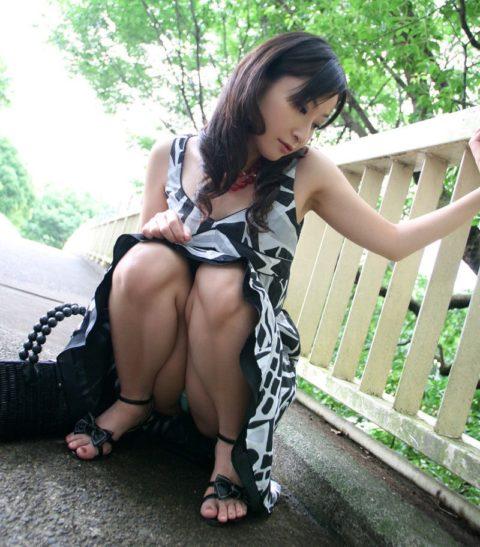 【パンチラ】このしゃがみ方してくる女は明らかに確信犯wwwwwwwwww(画像30枚)・4枚目