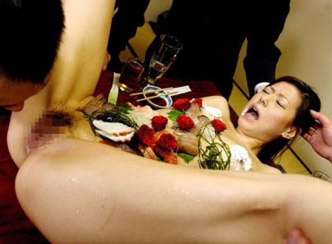 バブルの匂いがプンプンする女体盛りのエロ画像集(30枚)・5枚目