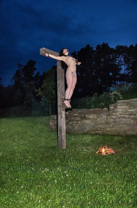 全裸女がガチで野外で磔にされてるどうかしてるエロ画像集(29枚)・5枚目