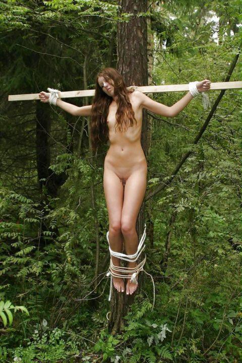 全裸女がガチで野外で磔にされてるどうかしてるエロ画像集(29枚)・6枚目