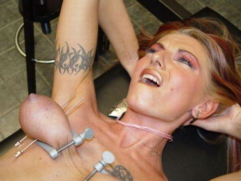 「乳首調教中」のまんさん、何とも言えない顔しとるwwwwww(画像)・37枚目