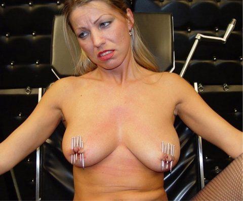「乳首調教中」のまんさん、何とも言えない顔しとるwwwwww(画像)・39枚目