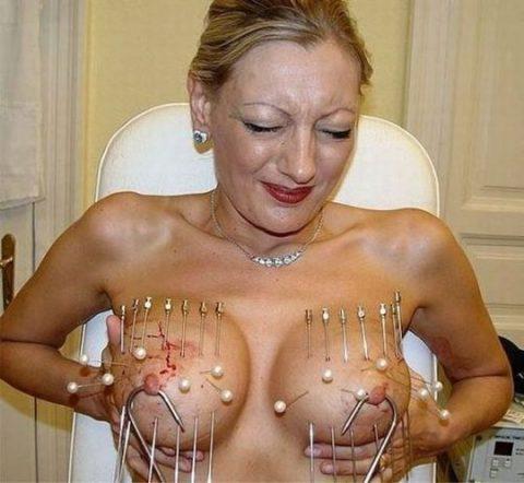 「乳首調教中」のまんさん、何とも言えない顔しとるwwwwww(画像)・56枚目
