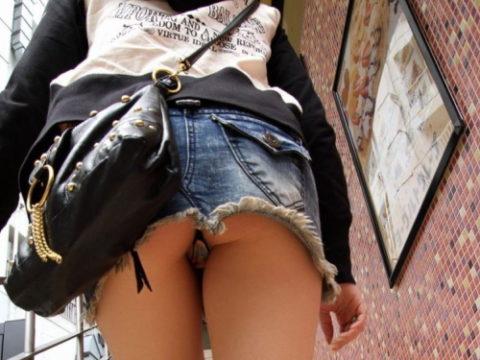 このご時世にこのミニスカ穿いてる女はパンツ見せたがり女説wwwwwwwwww(画像18枚)・1枚目