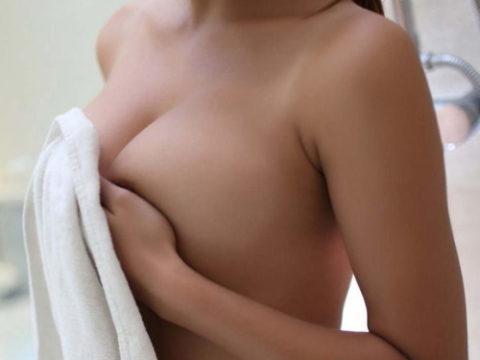 手で乳首を隠す姿がいじらしい手ブラエロ画像集(30枚)・1枚目