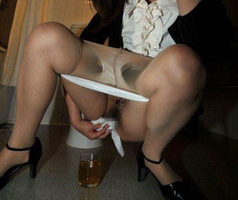 【画像あり】女の子がオシッコ後にアソコを拭いてる姿がたまらないwwwwwwwwww(30枚)・1枚目