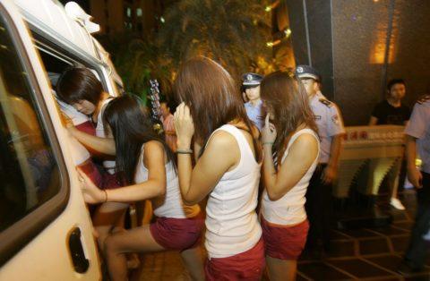 実録!逮捕された上に晒される違法風俗嬢たち摘発の瞬間・・・(画像30枚)・11枚目