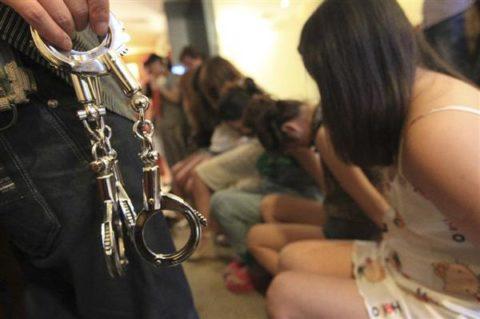 実録!逮捕された上に晒される違法風俗嬢たち摘発の瞬間・・・(画像30枚)・17枚目