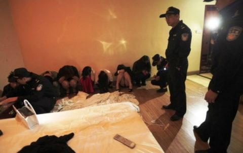実録!逮捕された上に晒される違法風俗嬢たち摘発の瞬間・・・(画像30枚)・18枚目
