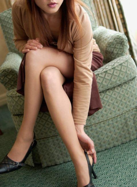 つい隙間を探してしまう美脚美女の足組み画像集(24枚)・16枚目