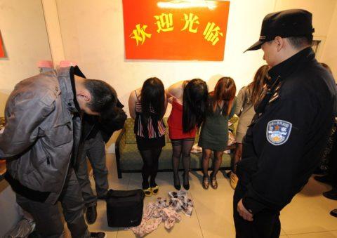実録!逮捕された上に晒される違法風俗嬢たち摘発の瞬間・・・(画像30枚)・20枚目