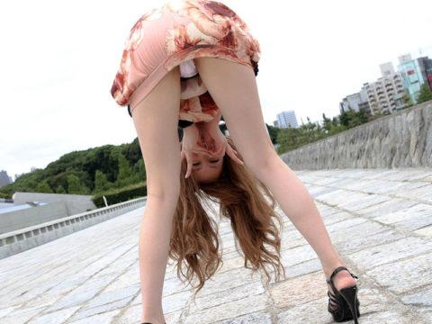 【画像20枚】ミニスカ女子に絶対パンチラさせられるポーズがこちら・19枚目