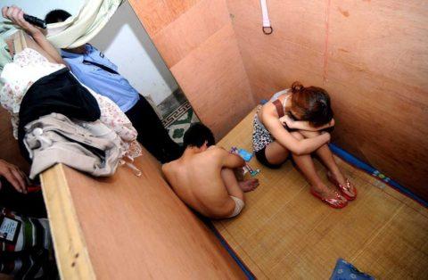 実録!逮捕された上に晒される違法風俗嬢たち摘発の瞬間・・・(画像30枚)・25枚目