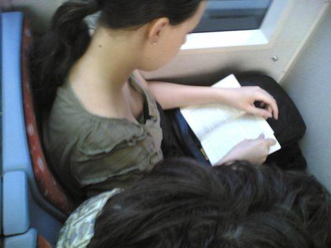 【盗撮】電車やバスで立ってスマホ弄ってる振りして~~~これ撮ってるやつwwwwww(画像28枚)・23枚目