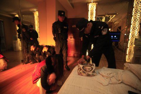 実録!逮捕された上に晒される違法風俗嬢たち摘発の瞬間・・・(画像30枚)・27枚目