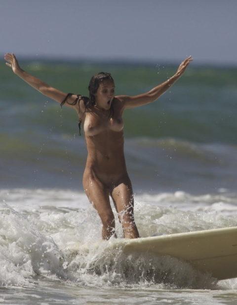 【全裸マリンスポーツ】ヌーディストは当然ビーチで寝転んでいるだけではない(画像30枚)・28枚目