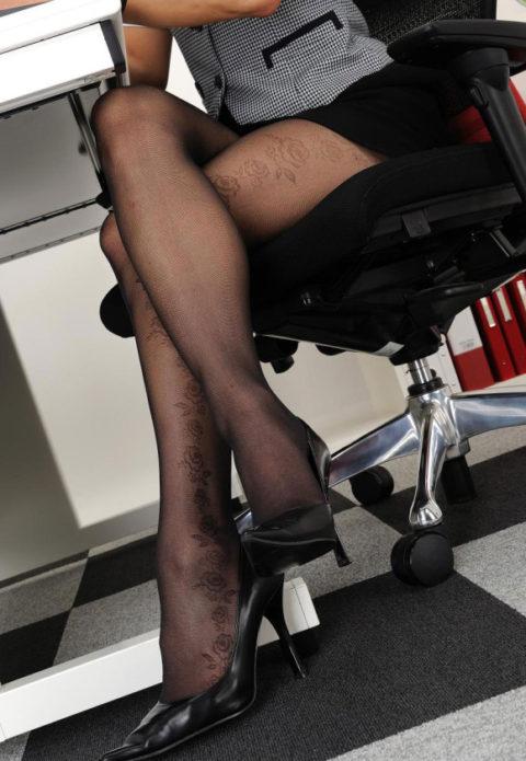 つい隙間を探してしまう美脚美女の足組み画像集(24枚)・2枚目