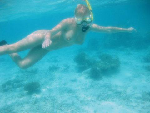 【全裸マリンスポーツ】ヌーディストは当然ビーチで寝転んでいるだけではない(画像30枚)・6枚目