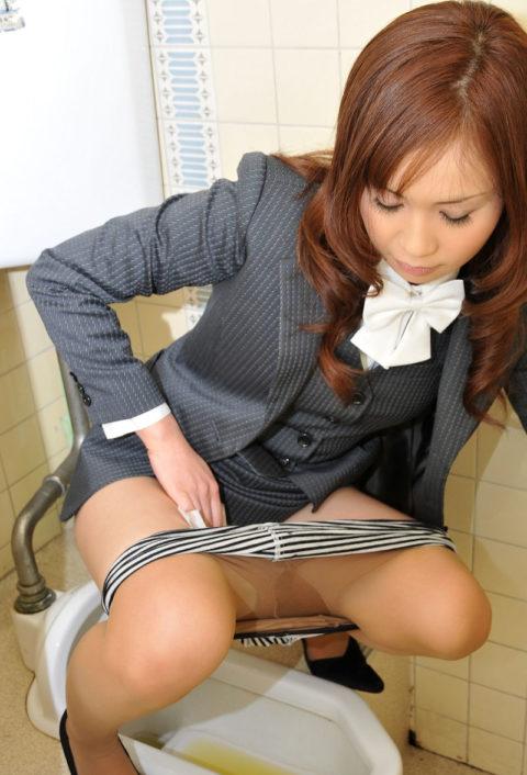 【画像あり】女の子がオシッコ後にアソコを拭いてる姿がたまらないwwwwwwwwww(30枚)・8枚目