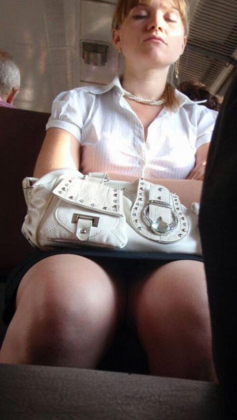 痴漢されても仕方がない!?電車内で挑発的な女たち(画像30枚)・10枚目
