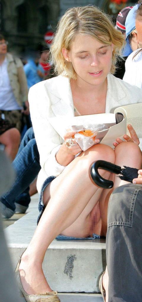 【高確率!?】海外でデニムミニスカ穿いてる女のノーパン率wwwwwwwwww(画像28枚)・10枚目