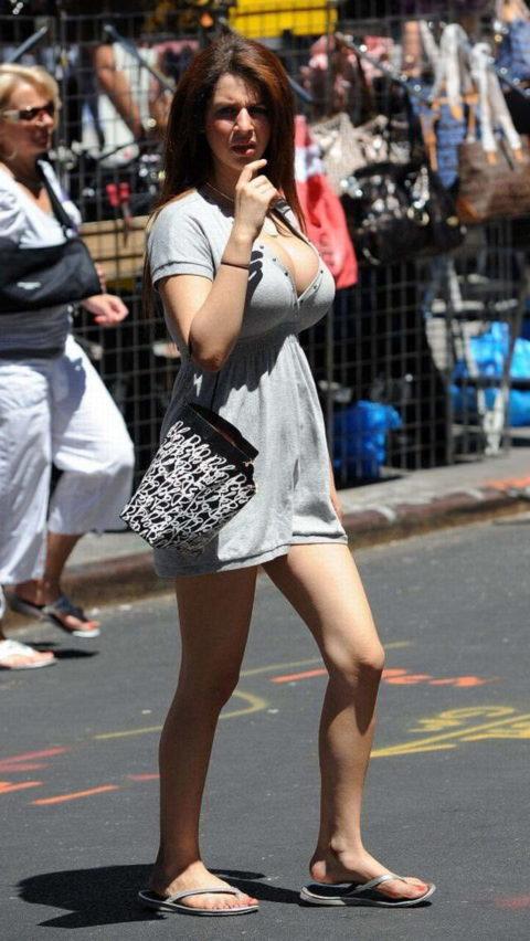 【街撮り】思わず手を出してしまいそうな着衣巨乳の美女たち(画像30枚)・13枚目