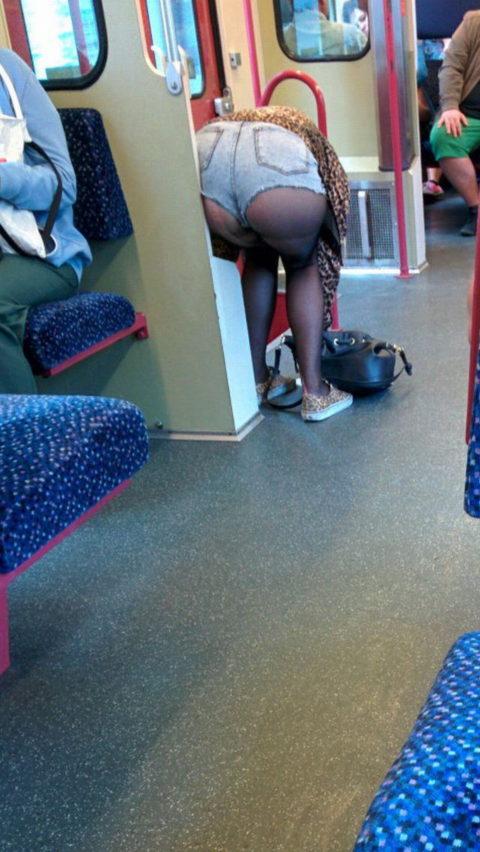 痴漢されても仕方がない!?電車内で挑発的な女たち(画像30枚)・16枚目
