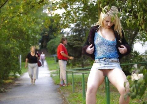 【高確率!?】海外でデニムミニスカ穿いてる女のノーパン率wwwwwwwwww(画像28枚)・2枚目